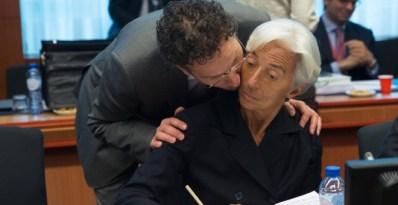El presidente del Eurogrupo, el holandés, Jeroen Dijsselbloem, besa a la directora gerente del FMI, Christine Lagarde, al comienzo de una reunión de los ministros de Finanzas de los países del euro, en Bruselas. REUTERS/Philippe Wojazer