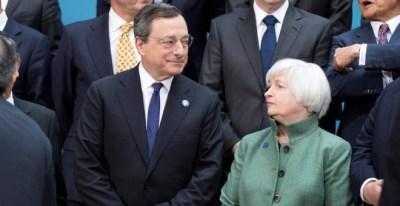 El presidente del BCE, el italiano Mario Draghi, junta a la presidenta de la Reserva Federal de EEUU, Janet Yellen, en la foto de familia de los miembros del G-20, durante la última reunión de primavera del FMI en Washington. REUTERS/Joshua Roberts