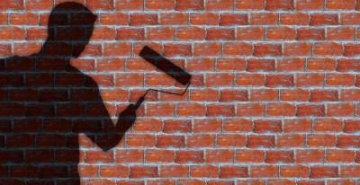 Empleado pinta una pared /Pixabay