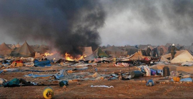 Disturbios tras el desmantelamiento del campamento de protesta saharaui de Gdeim Izik, cerca de El Aaiún. AFP