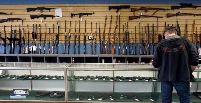 Un cliente observa el mostrador de una tienda de armas en la localidad de Parker (Colorado, EEUU). REUTERS/Rick Wilking
