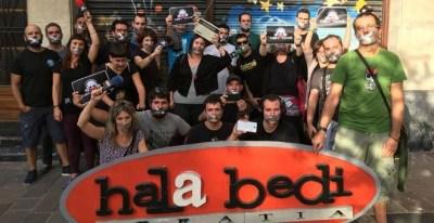 Los integrantes de la radio Hala Bedi, en solidaridad con el periodista multado por la Ley Mordaza