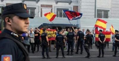 En la Puerta del Sol de Madrid, el pasado 20 de septiembre de 2017 manifestantes de extrema derecha gritando consignas a favor de la unidad de España a la manifestación en favor del referéndum de la independencia catalana / REUTERS