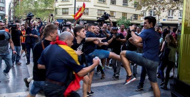 Ultras de extrema derecha arremeten contra los manifestantes  EFE/Biel Aliño