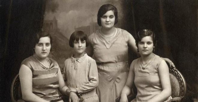 Pilar Duaygües junto a sus hermanas. Imágenes del archivo personal de la familia Duaygües incluidas en el libro 'Querido diario: hoy ha empezado la guerra'.