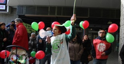 Concentración de activistas para apoyar la ILP por el derecho a al vivienda en la puerta de la Asamblea de Madrid.- @ILPViviendaMad