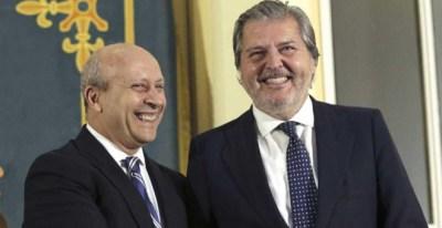 José Ignacio Wert entrega la cartera de Educación a Íñigo Méndez de Vigo en junio de 2015./ EFE