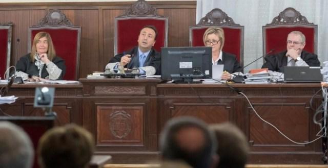 El tribunal de la sala en la que se juzga a 22 ex altos cargos de la Junta de Andalucía en la pieza política del caso ERE, en la Audiencia de Sevilla. EFE/Julio Muñoz