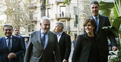 La vicepresidenta del Gobierno, Soraya Sáenz de Santamaría, y el candidato del PPC a la presidencia de la Generalitat, Xavier García Albiol, acompañados del delegado del Gobierno en Catalunya Enric Millo. - EFE