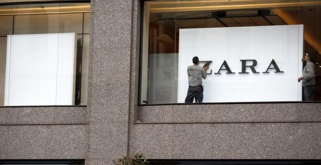 Operarios trabajando en una de las tiendas de Zara en el centro de Madrid. /REUTERS