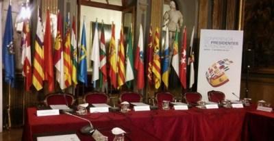 Las banderas de las comunidades autónomas en la sala del Senado donde se celebró la última Conferencia de Presidentes, en enero de 2017. E.P.