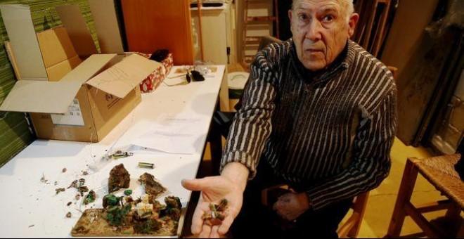 Antoni Bargalló muestra trozos del pesebre destrozado. / @LlenguaPolitica