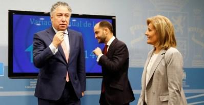 La ministra de Empleo, Fátima Báñez, junto a los secretarios de Estado de Empleo y de Seguridad Social, Juan Pablo Riesgo (c) y Tomás Burgos (i), respectivamente, durante la presentación de los últimos datos de paro registrado. EFE/ Paco Campos