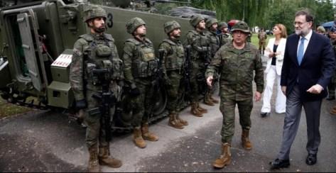 El presidente del Gobierno, Mariano Rajoy, junto a la ministra de Defensa, María Dolores de Cospedal, visita a las tropas españolas desplegadas frente a la frontera rusa en Letonia. Moncloa / Diego Crespo