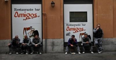 Varios trabajadores en un descanso, en el exterior de un restaurante en Madrid.. REUTERS/Susana Vera