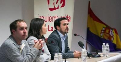 El coordinador general de IU, Alberto Garzón (d), acompañado por la concejal, Idoia Eguileor (c), y el coordinador general de IU, en La Rioja, Diego Mendiolaha (d), durante su participación en un acto público de Izquierda Unida celebrado hoy en Logroño. E