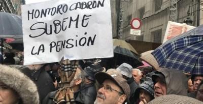Los jubilados claman ante Hacienda: 'Montoro súbeme la pensión'. / J.G