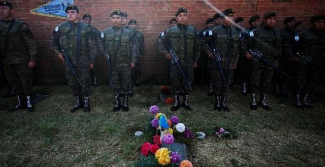 Soldados guatemaltecos forman durante el funeral del dictador José Ríos Montt. EFE/Esteban Biba