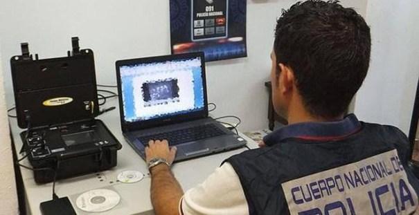 Los detenidos utilizaron un dispositivo espía tipo keylogger en uno de los ordenadores de la Universitat de València. | EFE