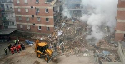 Los equipos de emergencia, en el lugar de la explosión de gas ocurrida en la calle Gaspar Arroyo de Palencia el 1 de mayo de 2007, en la que murieron nueve personas. EFE/Archivo