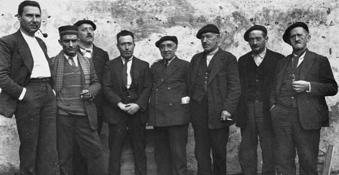 Julián Borderas, primero por la izquierda, durante su encarcelamiento en la prisión de Jaca tras el fallido levantamiento de Galán y García. / Enrique Sarasa