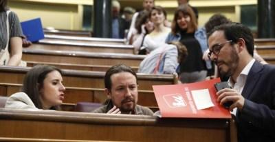 El secretario general de Podemos, Pablo Iglesias, conversa con la portavoz de su grupo, Irene Montero (i), y el líder de IU, Alberto Garzón. EFE/Javier Lizón