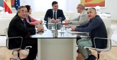 El presidente del Gobierno Pedro Sánchez (c), la ministra de trabajo Magdalena Valerio, el presidente de CEOE Juan Rosell (i), y los sec generales de UGT Pepe Álvarez, y CCOO Unai Sordo (2d), durante la reunión mantenida esta mañana en el Palacio de La Mo
