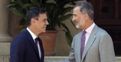 El rey Felipe VI y el presidente del Gobierno,Pedro Sánchez, en el Palacio de Marivent.EFE/Ballesteros