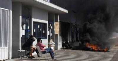 Trabajadores de Vestas durante la concentración frente a la planta de Villadangos del Páramo, en León, tras el anuncio del cierre definitivo de la factoría realizado por la dirección de la multinacional danesa. EFE/ J.Casares