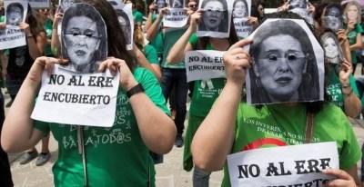 Una protesta de profesores interinos en Sevilla.- EFE