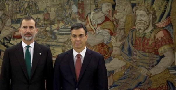 Pedro Sánchez con el rey Felipe VI el día de su toma de posesión como presidente del Gobierno, en el Palacio de la Zarzuela. REUTERS/Pool/Emilio Naranjo