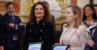 La ministra de Hacienda, María Jesús Montero (i), hace entrega a la presidenta del Congreso de los Diputados, Ana Pastor (d), el Proyecto de Presupuestos Generales del Estado para 2019. (EFE | EMILIO NARANJO)