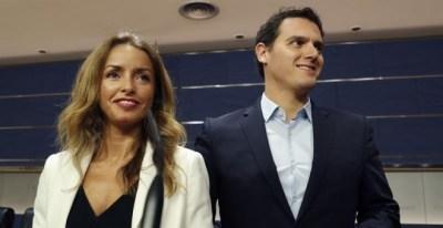 El líder de Ciudadanos, Albert Rivera, y la diputada Patricia Reyes, en el registro en el Congreso de la propuesta de Ley para regular los vientres de alquiler | EFE