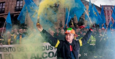 Trabajadores de Alcoa concentrados en la plaza de España de la Avilés, para pedir la intervención del Estado en las fábricas de Alcoa local y de A Coruña/ Archivo EFE