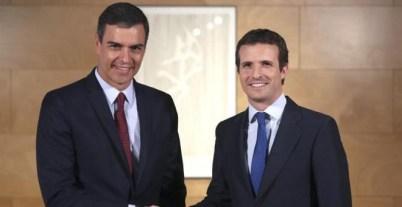 09/07/2019.- El presidente del Gobierno en funciones, Pedro Sánchez (i) saluda al líder del PP, Pablo Casado, durante la entrevista que han mantenido en una nueva ronda de consultas para la investidura, este martes en el Congreso de los Diputados. EFE/Ki
