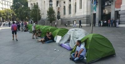 Algunos de los acampados frente al Palacio de Cibeles. / Movimiento Nadie Sin Hogar