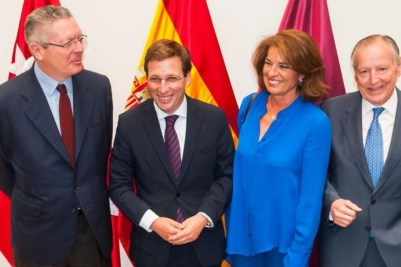 El alcalde de Madrid, José Luis Martínez Almeida, posa con con sus predecesores Alberto Ruiz Gallardón, Ana Botella y José María Álvarez del Manzano. - EFE