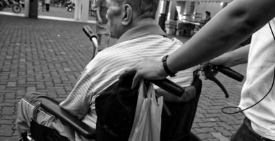 Más de 30.000 dependientes mueren cada año en España mientras esperan a ser atendidos./ PIXABAY