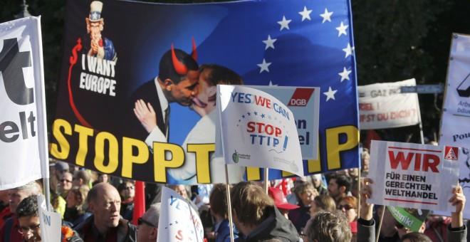 Manifestantes contra el TTIP en Bruselas. / FABRIZIO BENSCH (REUTERS)