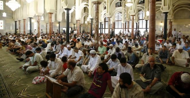 Un grupo de musulmanes reza en la mezquita de la M-30 de Madrid. EFE