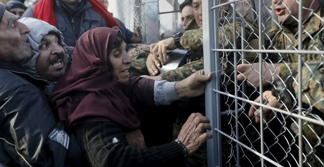 Refugiados sirios intentan pasar la frontera en Macedonia. REUTERS/Yannis Behrakis