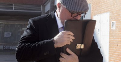 El comisario de Policía, José Manuel Villarejo Pérez, trata de ocultar su rostro a la salida de los juzgados de Estepona (Málaga), donde declaró por el ático del expresidente madrileño, Ignacio González. EFE