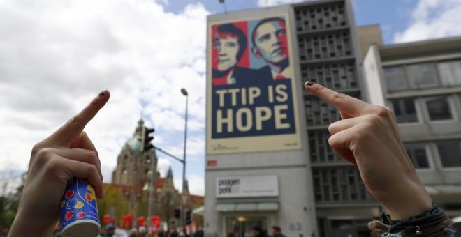 Un cartel en una pared durante la manifestación contra el tratado de libre comercio TTIP antes de la visita del presidente de EEUU Barack Obama, en Hannover, Alemania. REUTERS/Kai Pfaffenbach