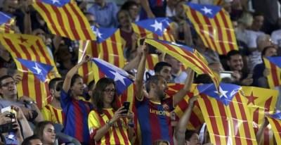 Aficionados del Barça portan esteladas en el Camp Nou durante el partido contra el Celtic. EFE/Alberto Estévez