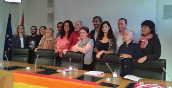 Miembros de la FELGTB y de diversos partidos políticos, este martes, en la presentación del proyecto de ley.