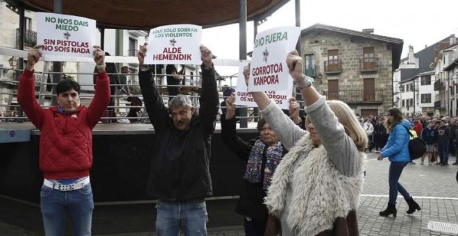 Consuelo Ordóñez, presidenta del colectivo Covite, junto con cuatro víctimas del terrorismo en una protesta. EFE