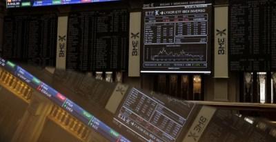 Paneles informativos de la evolución del Ibex en el patio de negociación de la Bolsa de Madrid. EFE/Emilio Naranjo