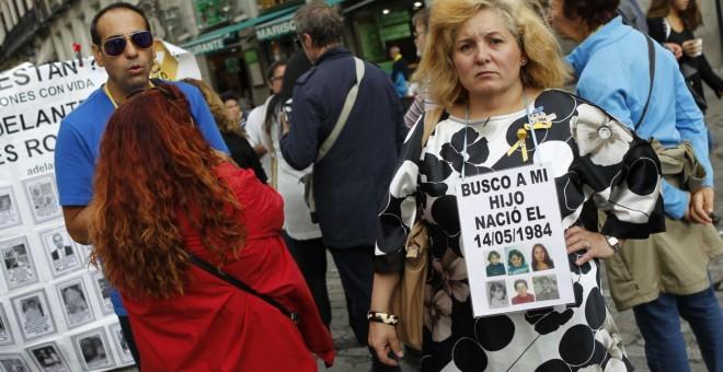 Familiares de bebés robados se concentran en la Puerta del Sol de Madrid.- EFE