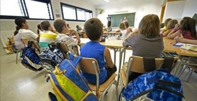 La escuela pública pierde centros y etapas al mismo tiempo que crece el número de alumnos que atiende.