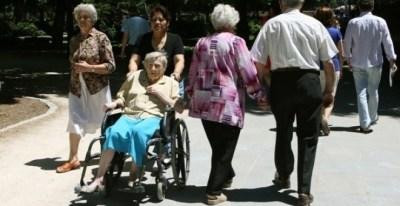 Imagen de unos pensionistas de paseo. E.P.